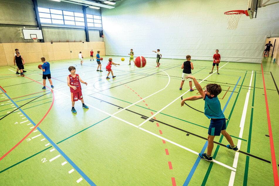 Das breite sportliche Angebot, das die Stadt für Kinder auf die Beine gestellt hat, beinhaltet unter anderem ein Ball-Camp bei den Niners. Das Foto zeigt das Training der U12-Kids am Montag.