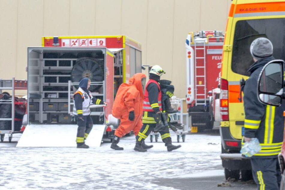 Die Feuerwehrleute Rückten Mit Spezialanzügen An.