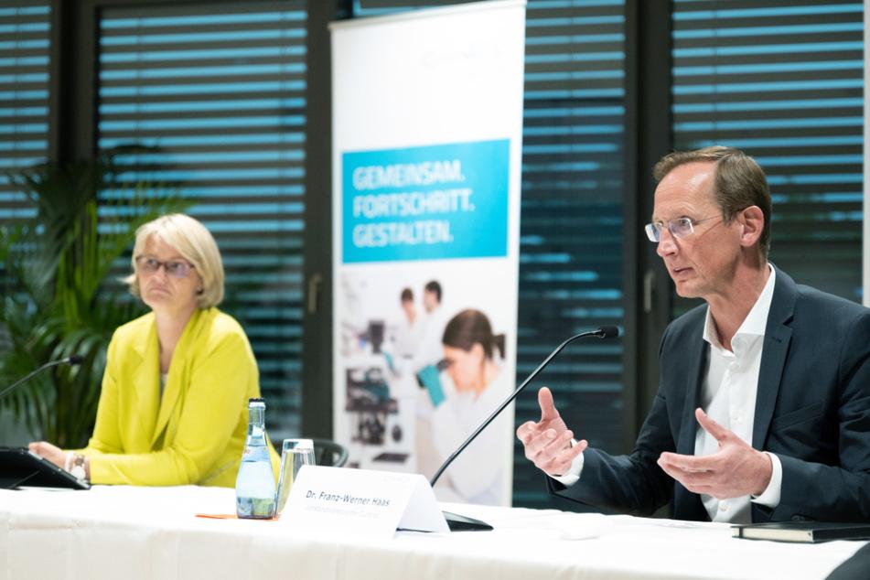 Bundesforschungsministerin Anja Karliczek (50, CDU) am Montag neben Franz-Werner Haas, dem Vorstandsvorsitzenden von Curevac.