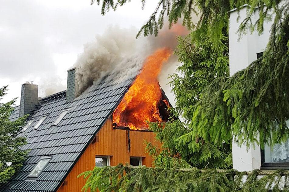 Als die Feuerwehr am Brandort eintraf, schlugen schon die Flammen aus dem Gebäude.