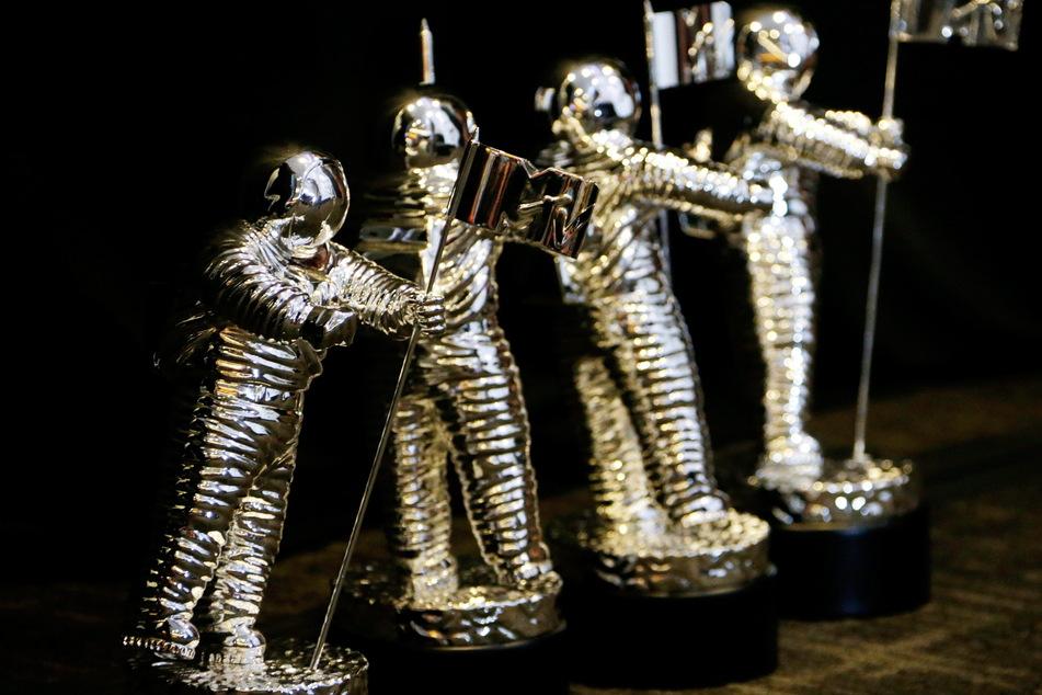 Statuetten des MTV Moonman stehen bei der Verleihung der 33. MTV Video Music Awards (VMA) im Presseraum. Der siberne Astronaut ist die Trophäe der MTV Video Music Awards.