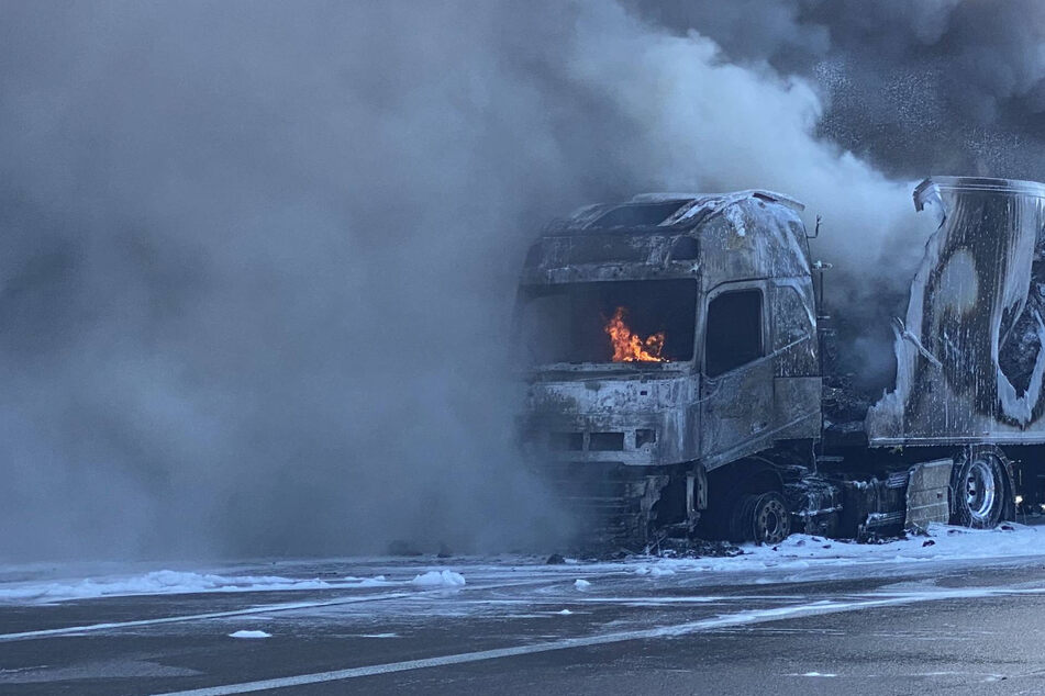 Laster brennt: A8 gesperrt, mehrere Kilometer Stau!