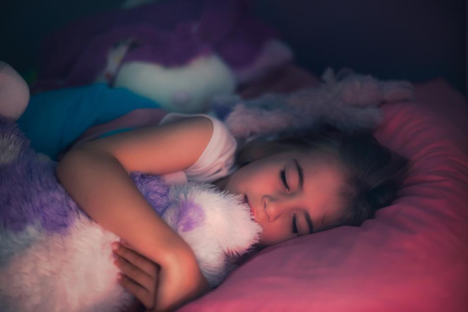 Bei Kindern ist Schlafwandeln keine Seltenheit. Laut DGSM bleibt das Schlafwandeln bei einem Prozent der Kinder bis ins Erwachsenenalter hinein bestehen. (Symbolbild)