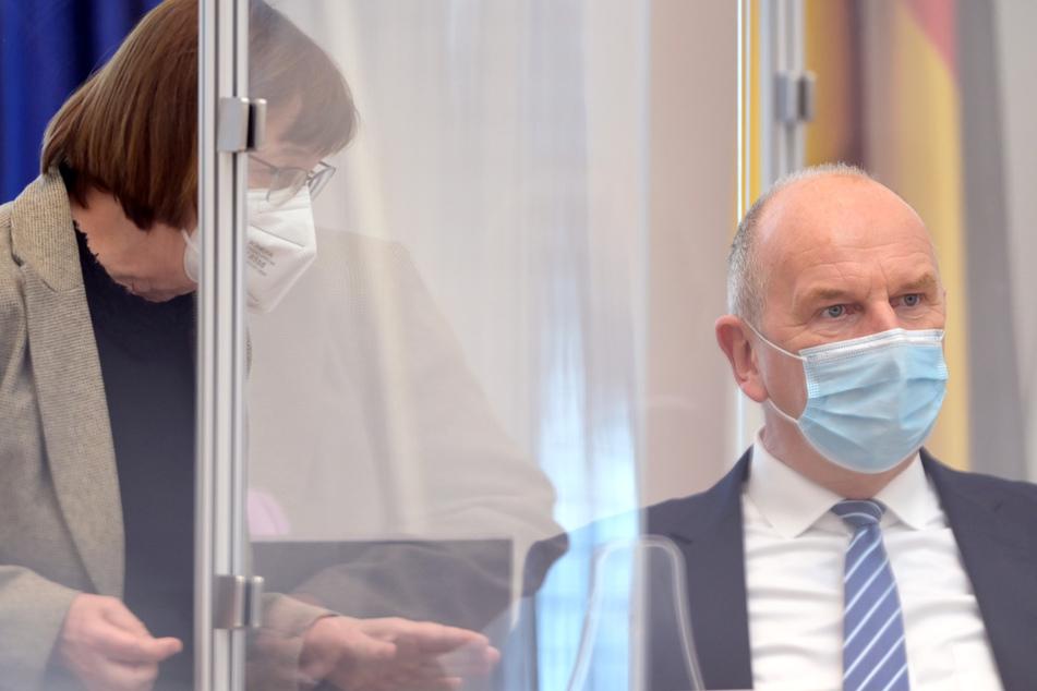 Dietmar Woidke (SPD), Ministerpräsident von Brandenburg, und Ursula Nonnemacher (Bündnis 90/Die Grünen), Ministerin für Soziales, Gesundheit, Integration und Verbraucherschutz, unterhalten sich während der Sitzung des Brandenburger Landtages.