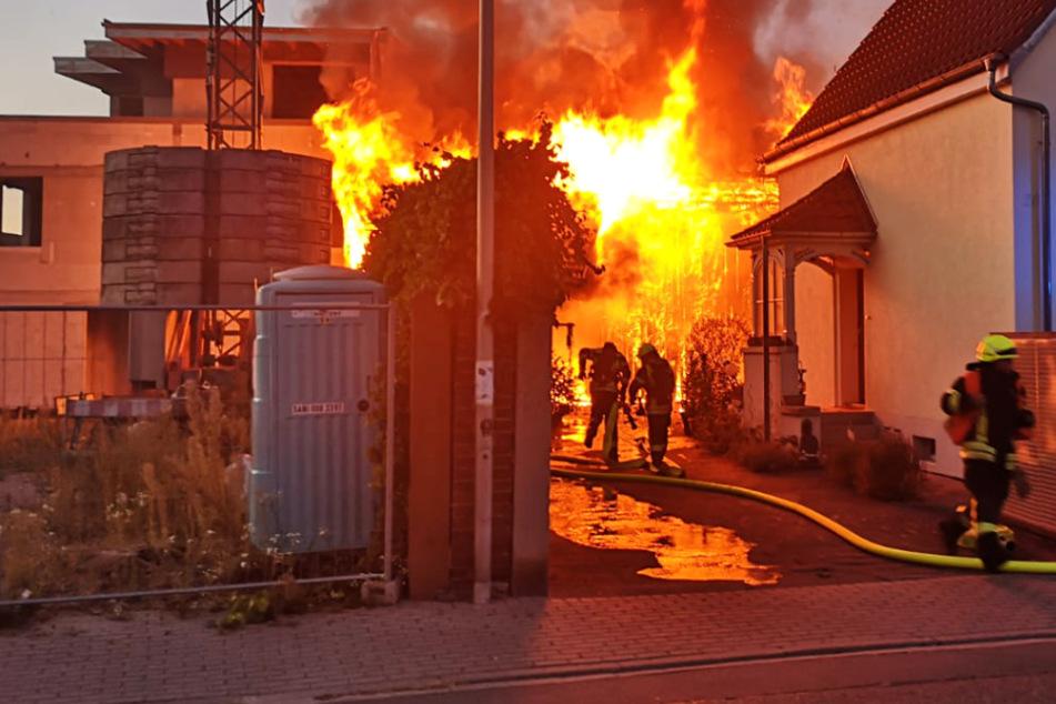 Eine Scheune in Viernheim brannte am Sonntag lichterloh.