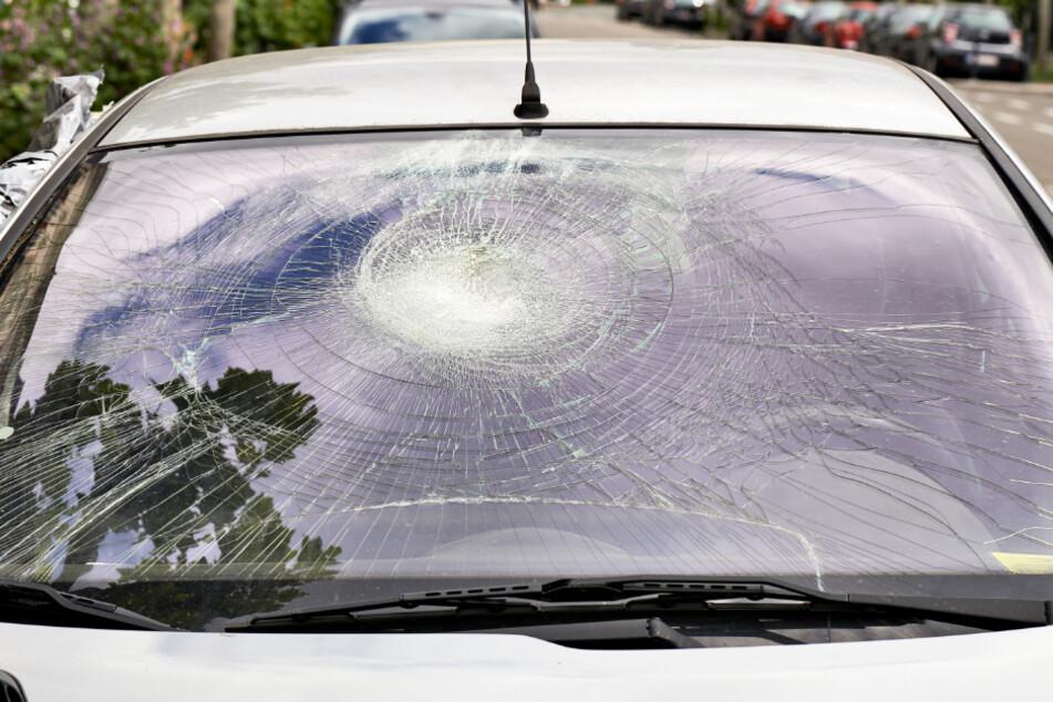 Der Unbekannte hat mehrfach auf die Frontscheibe des Autos eingeschlagen und eingestochen. (Symbolbild)