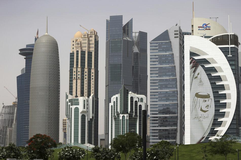Ein riesiges Bild des Emirs von Kuwait, Scheich Tamim bin Hamad Al Thani, schmückt einen Wolkenkratzer.
