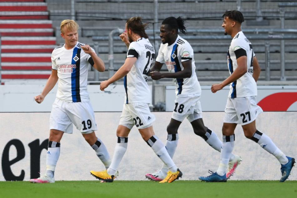 HSV-Profis bejubeln den Treffer zum 1:0 durch Joel Pohjanpalo (l.).