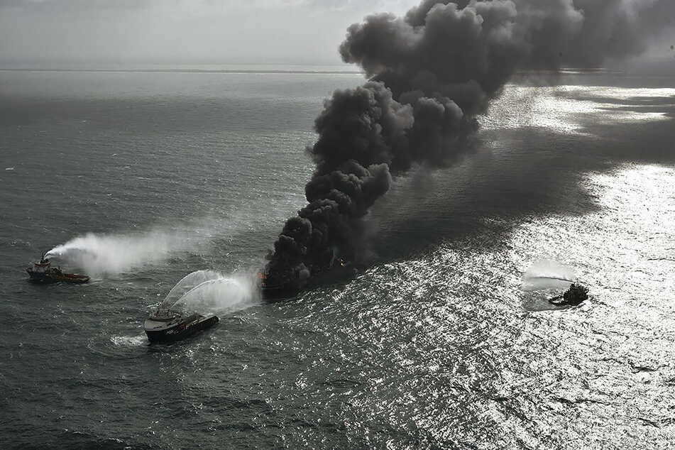 Rauch steigt von dem Containerschiff MV X-Press Pearl auf, das vor dem Hafen von Colombo liegt. Auf dem Schiff hatte es mehr als eine Woche gebrannt.