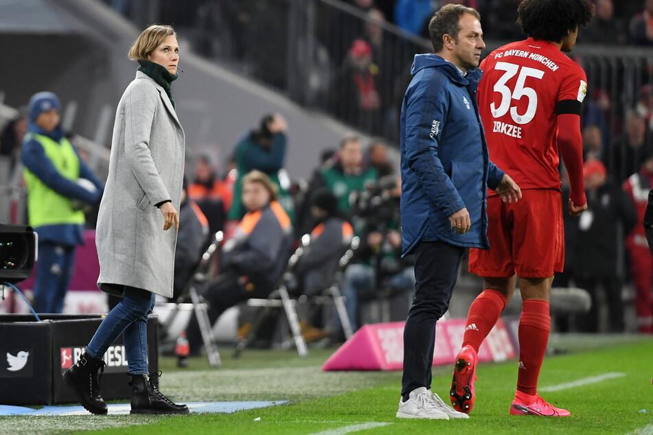 Kathleen Krüger (l-r), Teammanagerin des FC Bayern, Hansi Flick, Trainer, und Spieler Joshua Zirkzee.