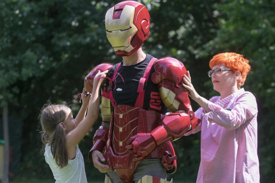 """Ohne fremde Hilfe kommt Rocco Zschuppe nicht in seinen fantastischen """"Iron Man""""-Heldenanzug."""