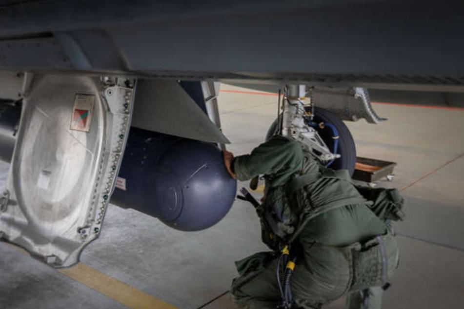 Die Eurofighter werden für den Einsatz mit speziellen Aufklärungsbehältern bestückt. (Archivfoto)