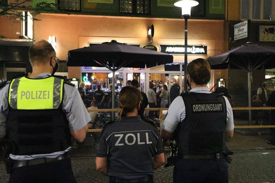 Polizisten bei einer Razzia gegen Clans am Wochenende in NRW.