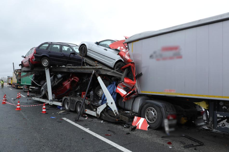 Drei Lastwagen sind auf der A14 ineinander gekracht.