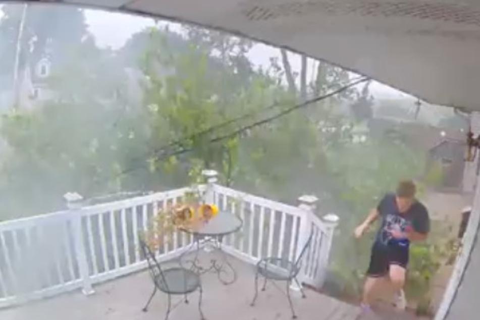 Video: Junger Mann bei Sturm fast vom Baum erschlagen, das ist aber noch nicht alles