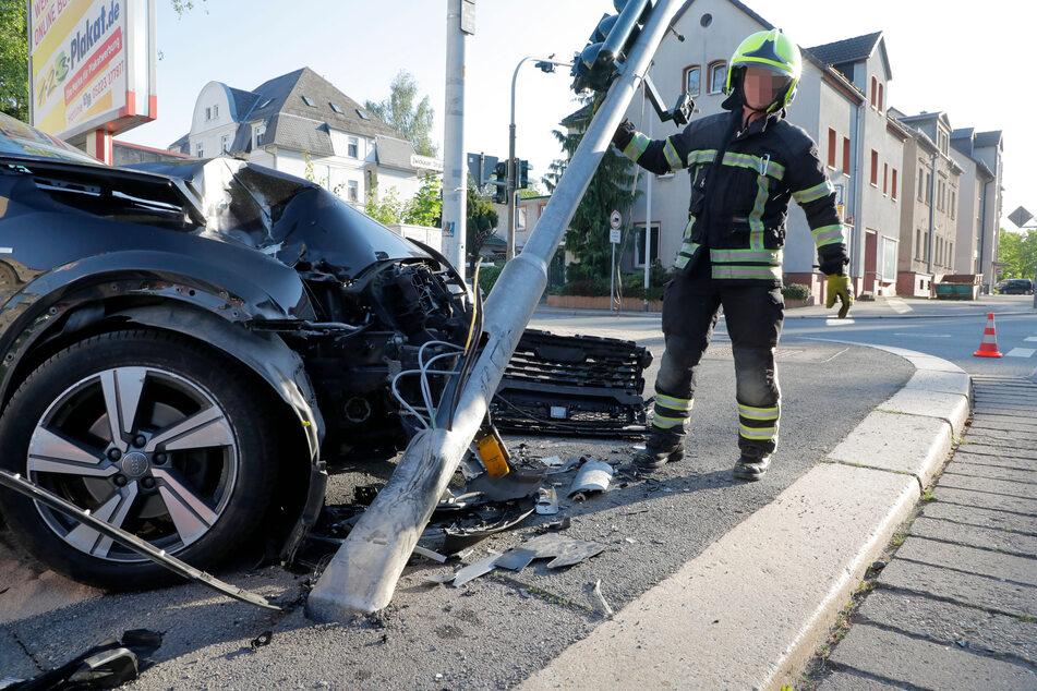 Völlig demoliert! Die Ampel knickte durch den Crash um.