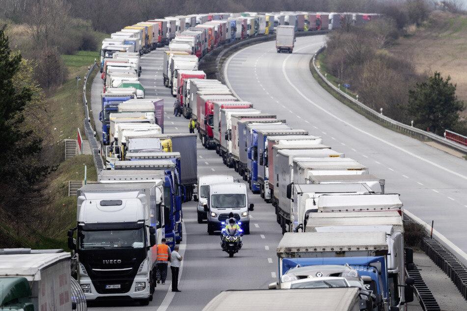 Auch am Donnerstag stauten sich die LKWs und andere Fahrzeuge auf der A4 Dresden - Görlitz.