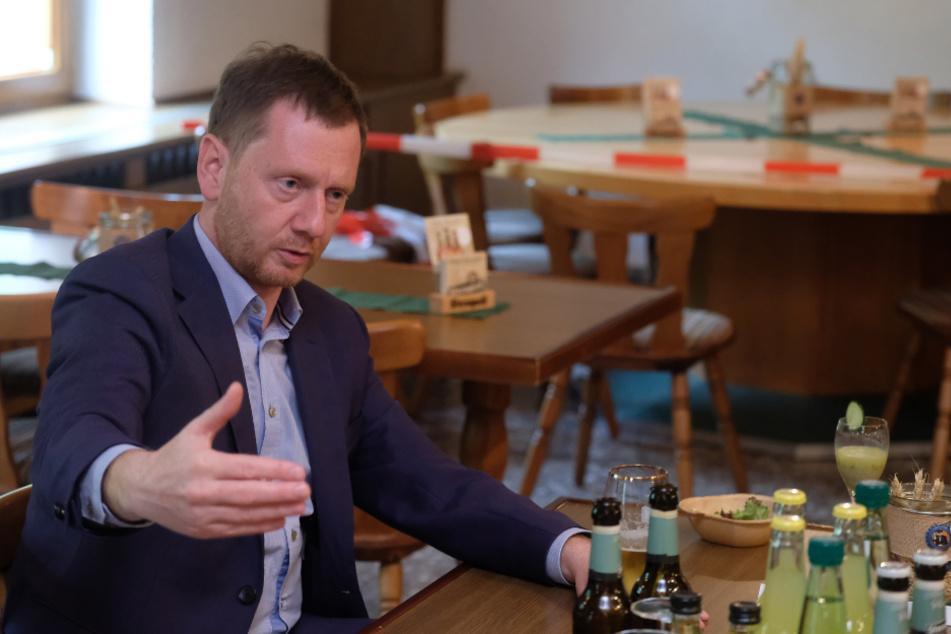 Plauen: Michael Kretschmer sitzt im Gastraum der Sternquell-Brauerei. Er traf sich dort mit Gastronomen aus dem Vogtland, um über die Folgen der Corona-Krise zu sprechen.
