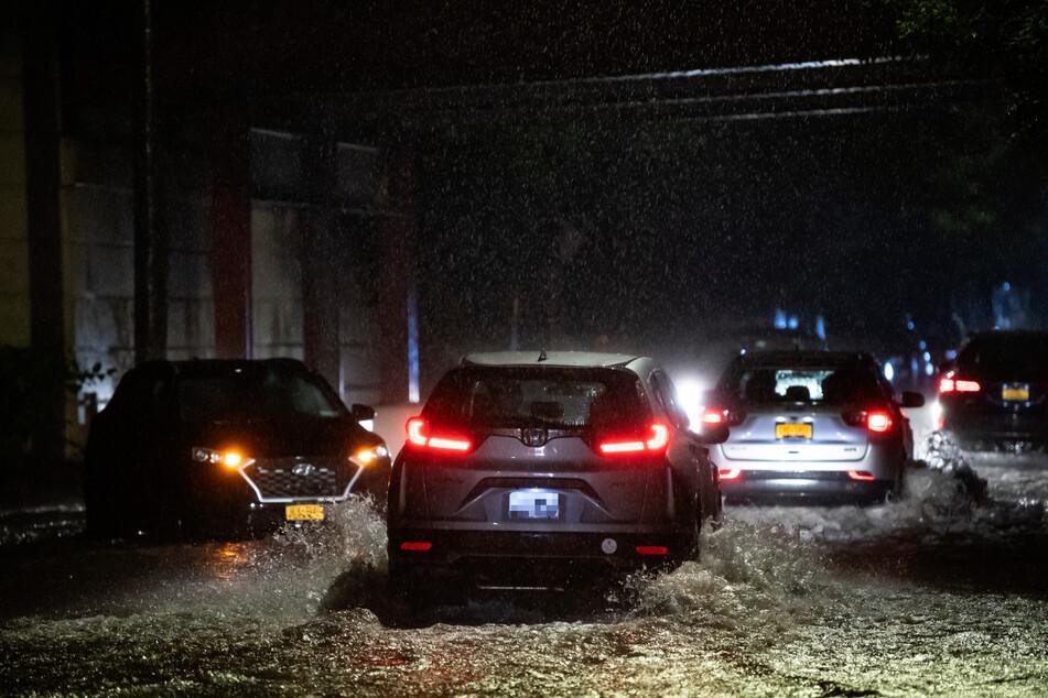 """Autos stehen auf einer Straße in Staten Island, New York, im Wasser. Ausläufer des Hurrikans """"Ida"""" haben New York den stärksten Regen seit Beginn der Aufzeichnungen gebracht."""
