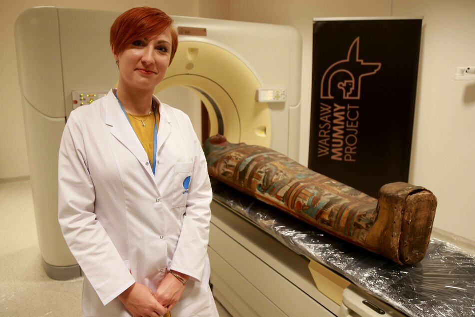 Polish anthropologist and archaeologist Marzena Ozarek-Szilke next to a mummy (archive photo).