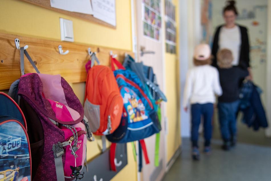 Kinderrucksäcke hängen im Eingangsbereich eines Kindergartens. (Symbolbild)
