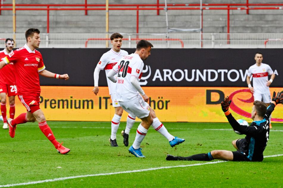 Philipp Förster (Mitte) trifft zum 2:1-Anschluss für den VfB.