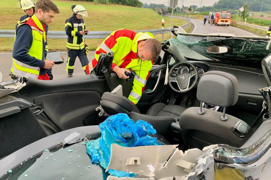 Für die Rettung des Mannes mussten die Wehren das Dach des Opels abnehmen.