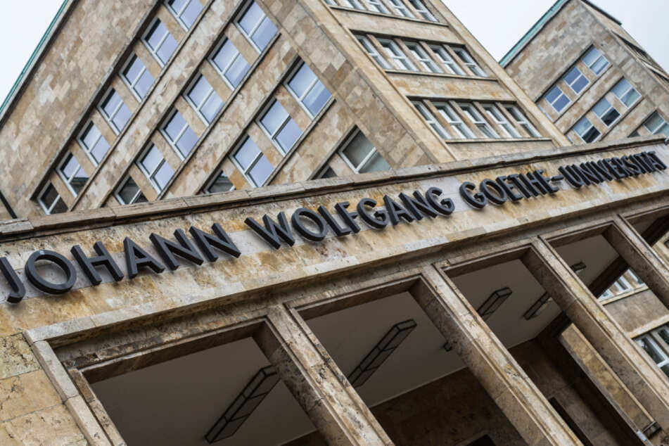 """Der Schriftzug """"Johann Wolfgang Goethe-Universität"""" ist auf dem Frankfurter Campus Westend über dem Eingang zum Hauptgebäude zu lesen."""