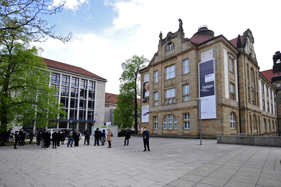 """Der """"Arthur-Weiner-Platz"""" vor den Kunstsammlungen bei der Einweihung am Samstagabend."""