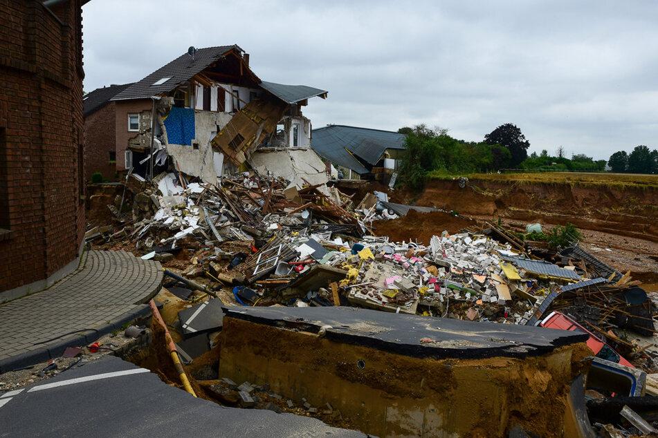Ein eingestürztes Haus in Erftstadt-Blessem. Die Wassermassen haben die Straße komplett zerstört.