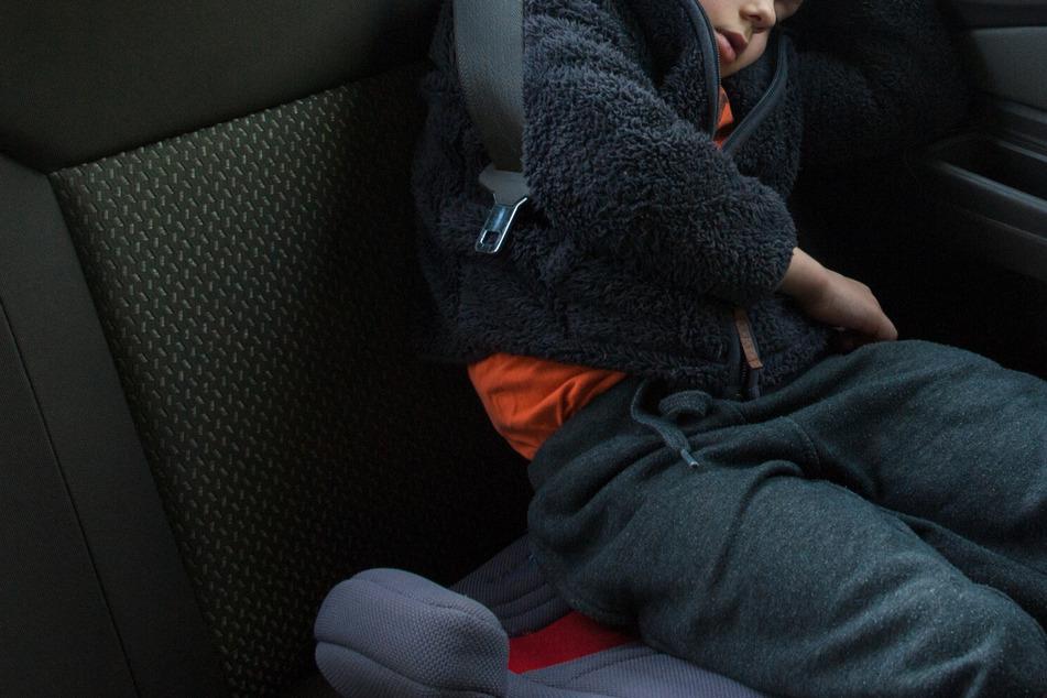 Mann klaut Auto mit Kind drin: Dann dreht er um und schimpft mit der Mutter