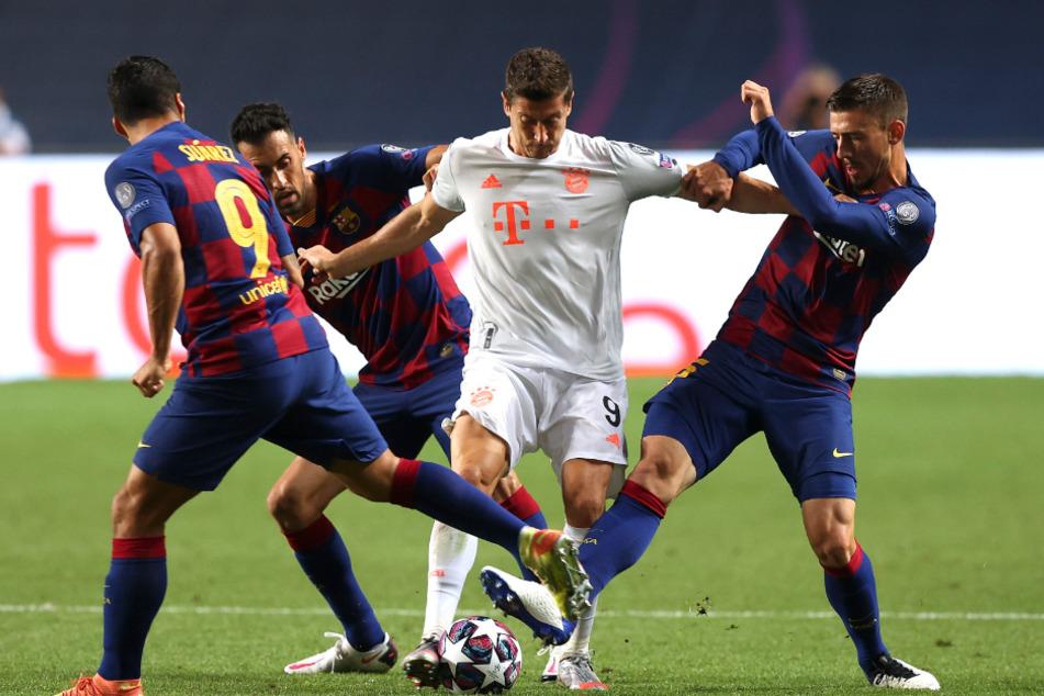 Robert Lewandowski umringt von Barca-Spielern.