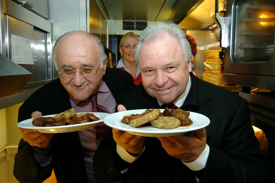 Starkoch Eckart Witzigmann (80, r.) und TV-Koch Alfred Biolek schnuppern im Jahr 2003 in der Bordküche eines ICE-Speisewagens der Deutschen Bahn.