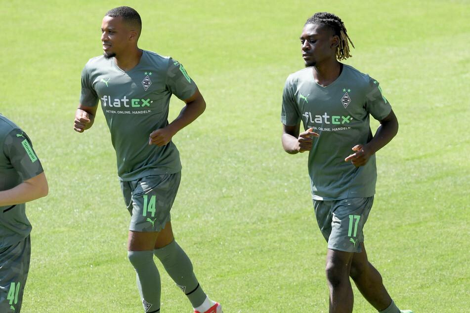 Bis ihn eine Verletzung stoppte: Zu Beginn der Saison-Vorbereitung trainierte Borussia-Neuzugang Manu Koné (20, r.) noch ohne Beschwerden mit. Hier neben Angreifer Alassane Plea (28).