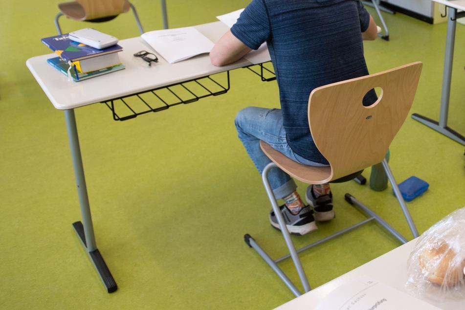 Ein Schüler des Gymnasium Dresden-Klotzsche sitzt während der schriftlichen Abiturprüfung im Fach Physik in einem Klassenzimmer.