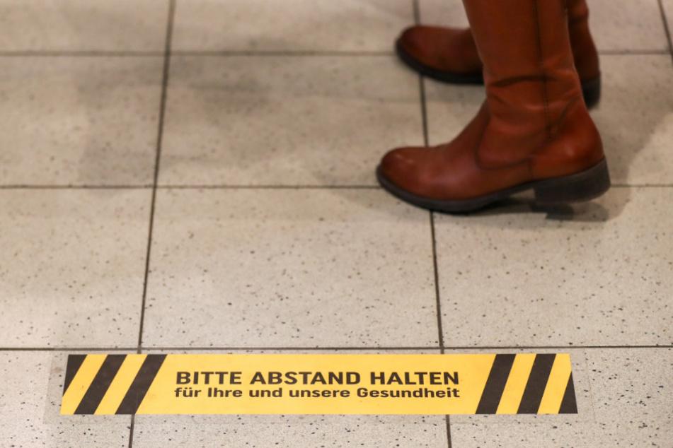 Streit über Corona-Abstand an der Kasse: Mann spuckt Frau im Supermarkt an