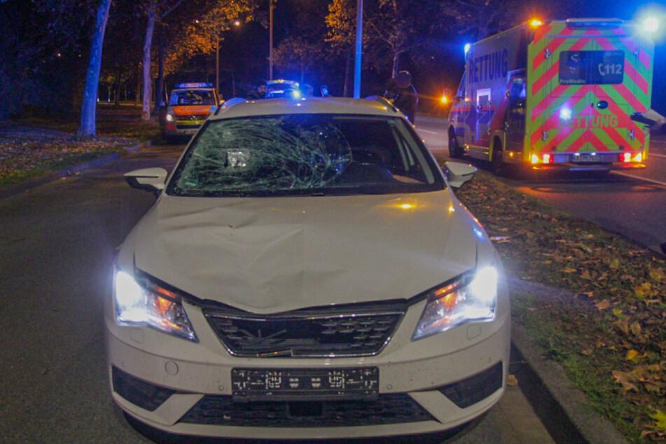 Die Windschutzscheibe ist bei dem Unfall eingedrückt worden. Der Fußgänger verstarb.
