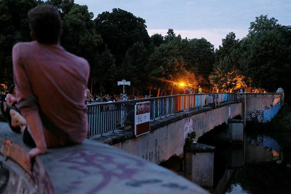Auf der Leipziger Sachsenbrücke kehrt offenbar langsam wieder Ruhe ein.