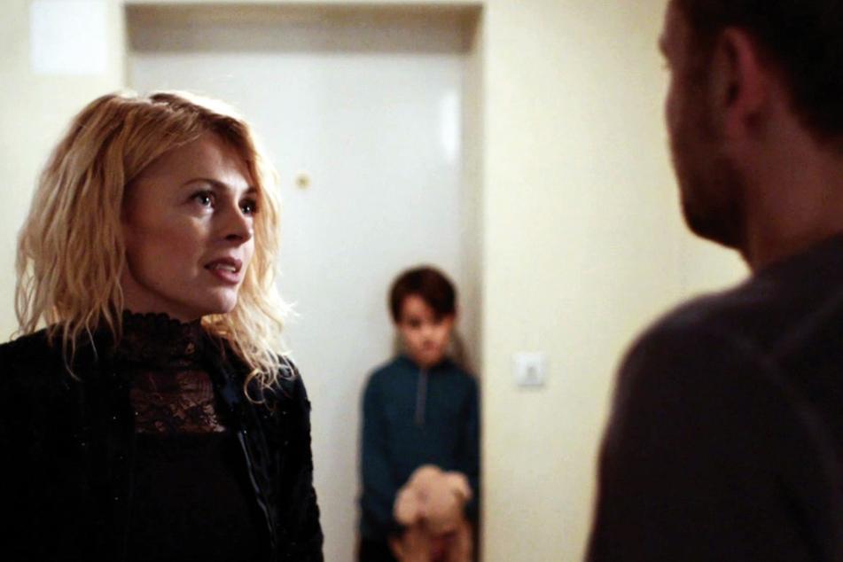 Jessica (l., Isabell Gerschke) verliebt sich in Markus (r. Max Riemelt) und vertraut ihm auch ihren Sohn Arthur (Oskar Netzel) an.