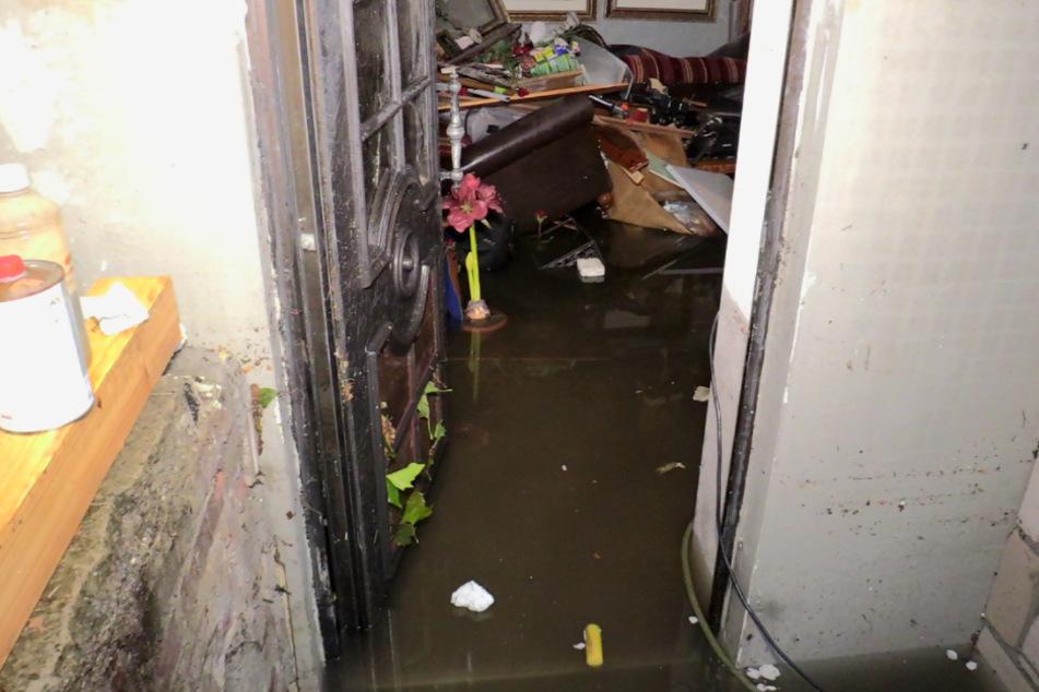 In Hilden lief ein Keller voll und zerstörte das Inventar.