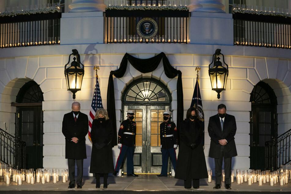 US-Präsident Joe Biden (78, l-r) mit seiner Frau First Lady Jill Biden (69) und Vizepräsidentin Kamala Harris (56) mit ihrem Mann Douglas Emhoff (56) gedenken mit einer Schweigeminute vor dem Weißen Haus den Opfern der Pandemie.
