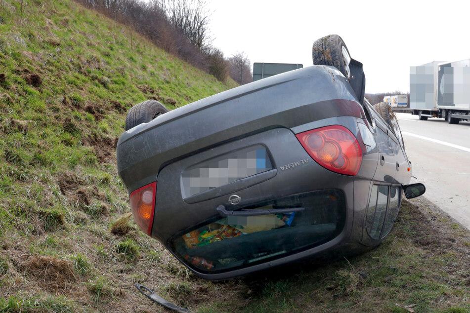 Unfall A4: Reifen geplatzt! Nissan überschlägt sich auf A4
