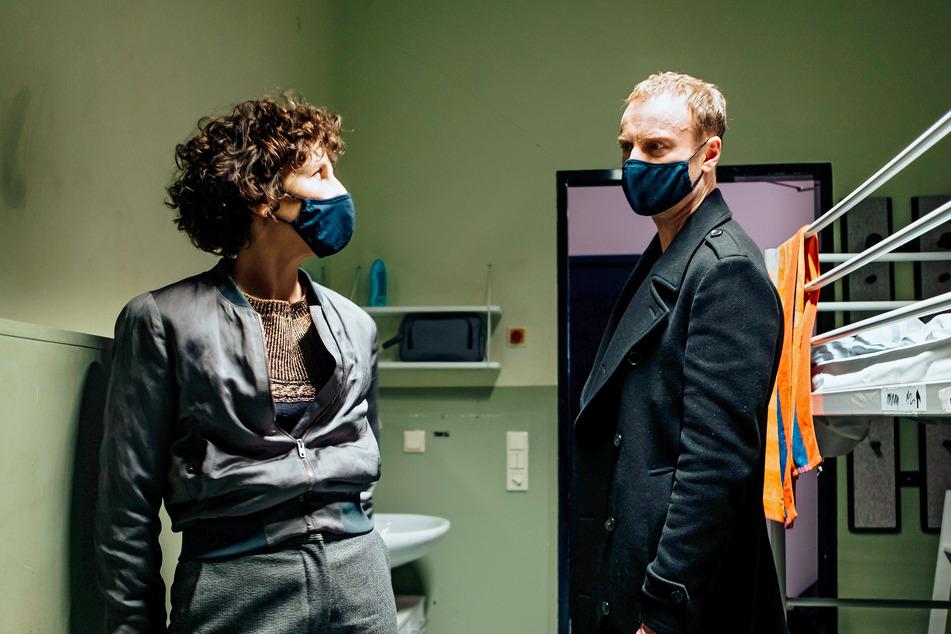 """Der letzte neue """"Tatort"""" vor der Pause kommt aus Berlin: """"Die dritte Haut"""". Mit Rubin (Meret Becker) und Karow (Mark Waschke) - hier in einer Notunterkunft für Menschen, die zwangsgeräumt wurden."""