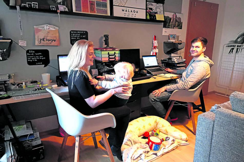 Im gemeinsamen Home-Office-Kinderspielzimmer: Lydia Dick (30), Sohn Bjarne (1) und Marian Süße (28).
