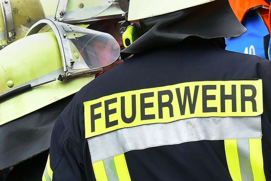 Die Feuerwehr konnte verhindern, dass der Brand auf weitere Gebäude übergreift. (Symbolbild)
