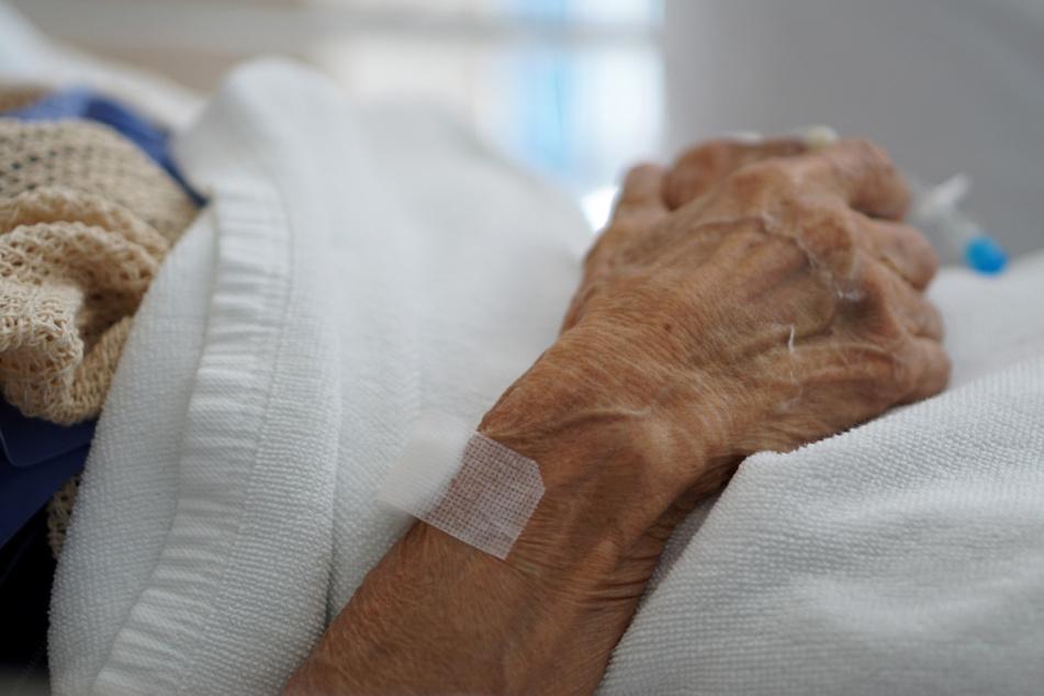 Gäste feiern Omas Geburtstag: Ein Infizierter steckt alle mit Corona an, auch die Jubilarin stirbt