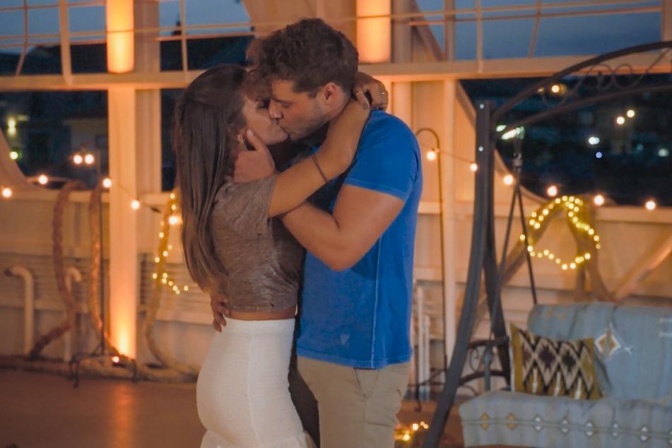 """Auch mit Raphael (23) geht die """"Bachelorette"""" beim letzten Date noch einmal auf Tuchfühlung."""