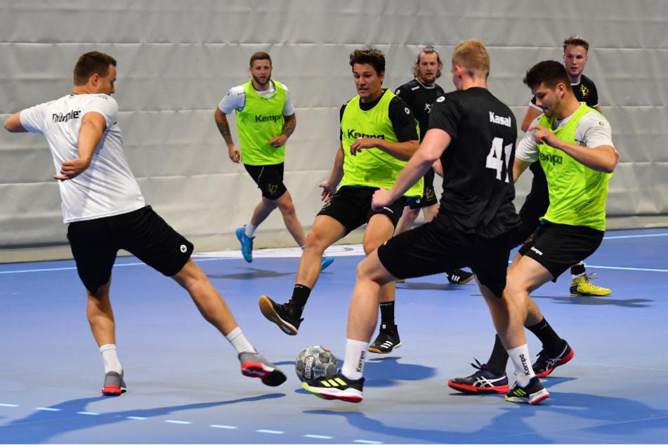 Wenn Handballer Fußball spielen, tun sie es mit viel Einsatz und Leidenschaft. Links Jonas Thümmler beim Schuss.