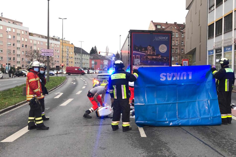 Von Lkw überrollt: Seniorin stirbt nach schwerem Unfall