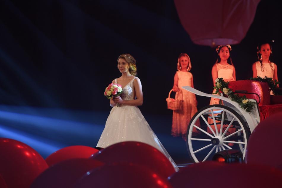 Die Braut kam mit einer Kutsche an.